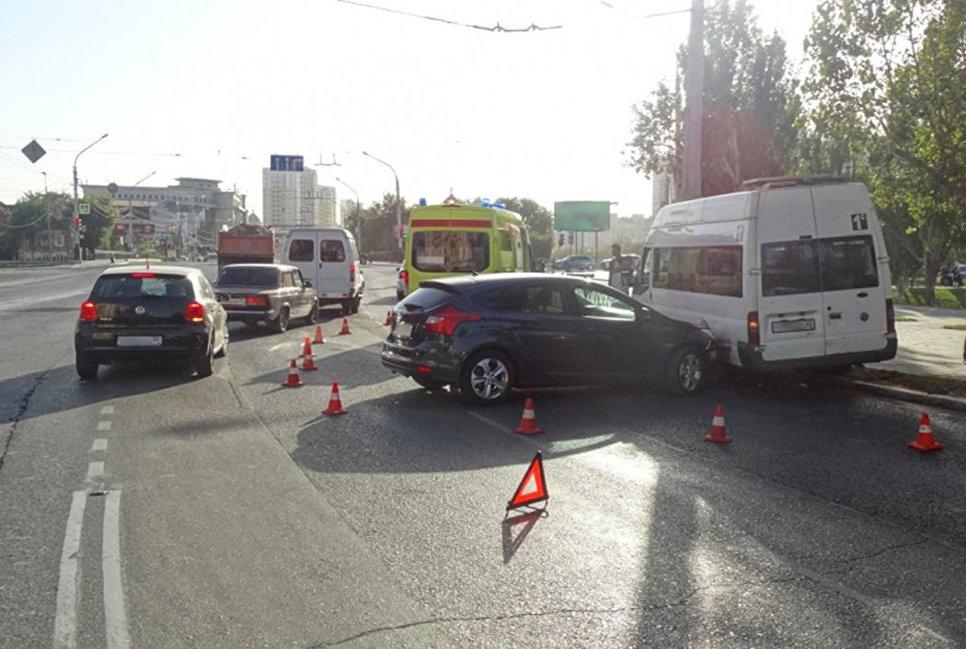ВАстрахани перевернулась маршрутка после столкновения ссамосвалом