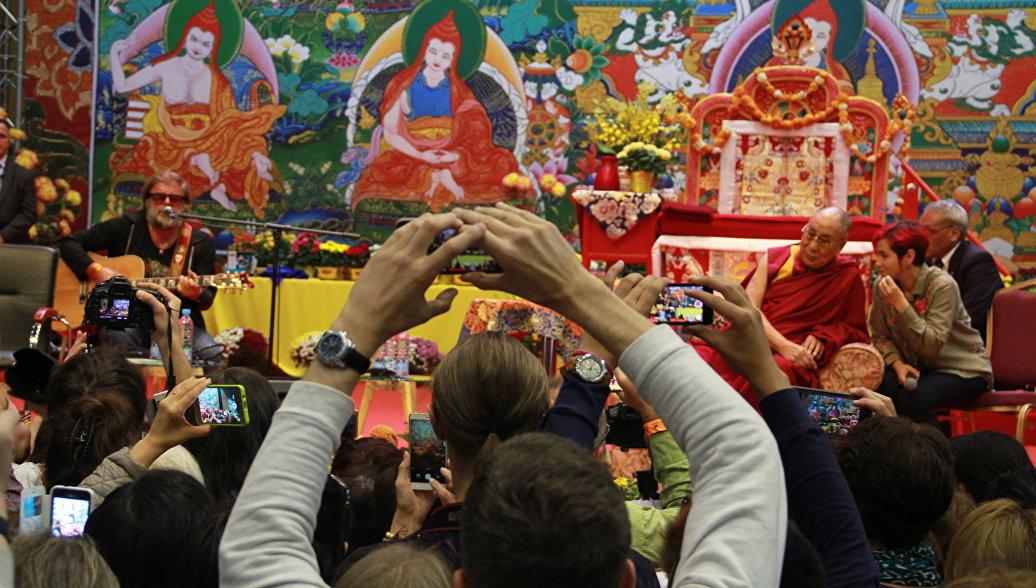 Борис Гребенщиков на встрече Далай-ламы с российскими буддистами в Риге