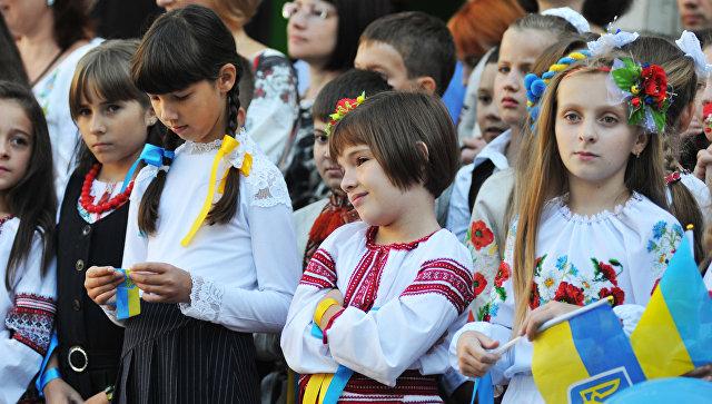 Ученики на торжественной линейке, посвященной Дню знаний, во Львове. Архивное фото