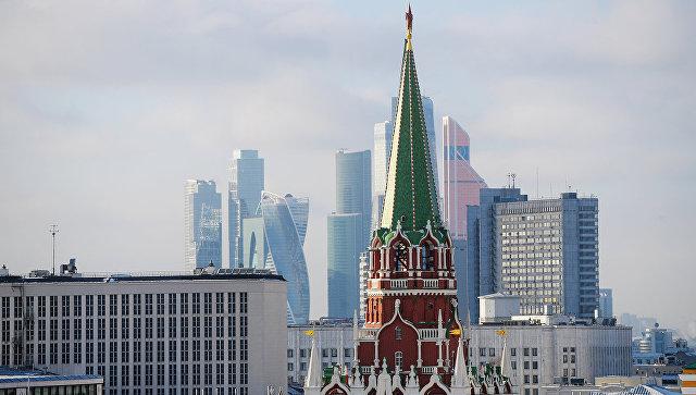 Никольская башня Московского Кремля и небоскребы Москва-сити. Архивное фото