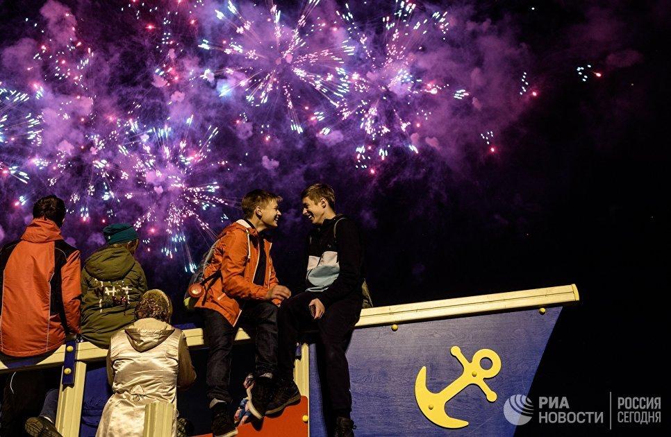 Посетители на церемонии закрытия 7-го Московского международного фестиваля Круг Света 2017 на Останкинском пруду в Москве