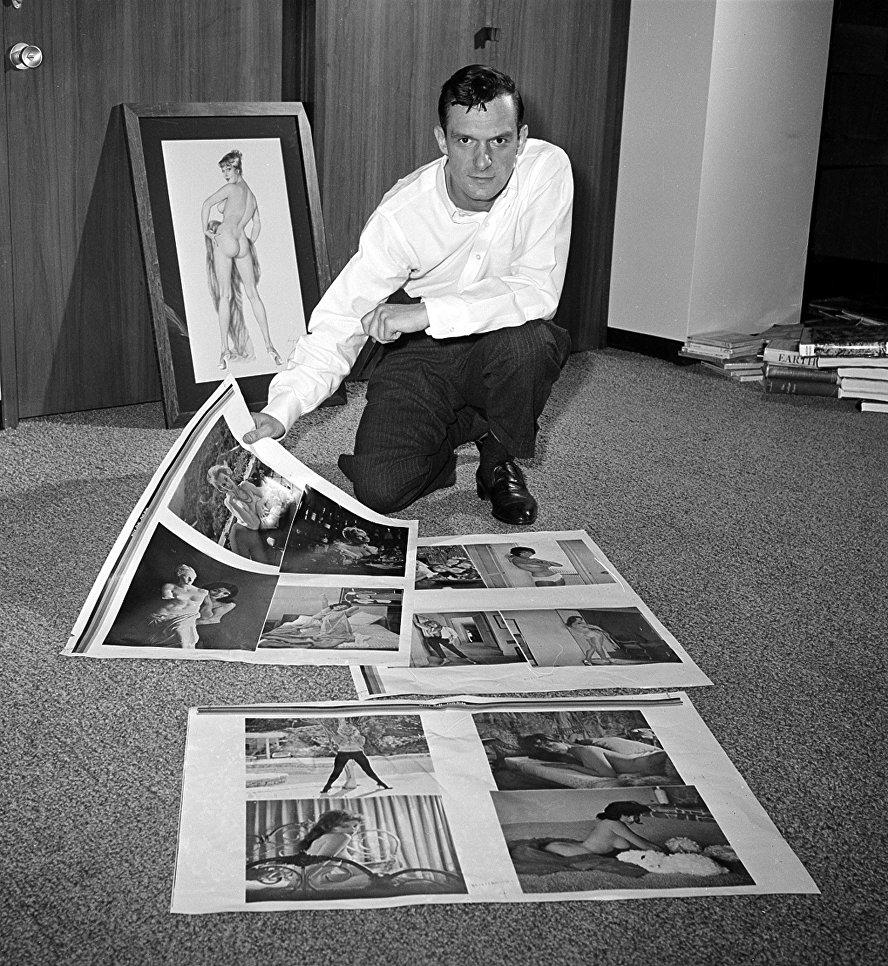 Хью Хефнер просматривает пробные листы для своего журнала Playboy в Чикаго. 20 июня 1961
