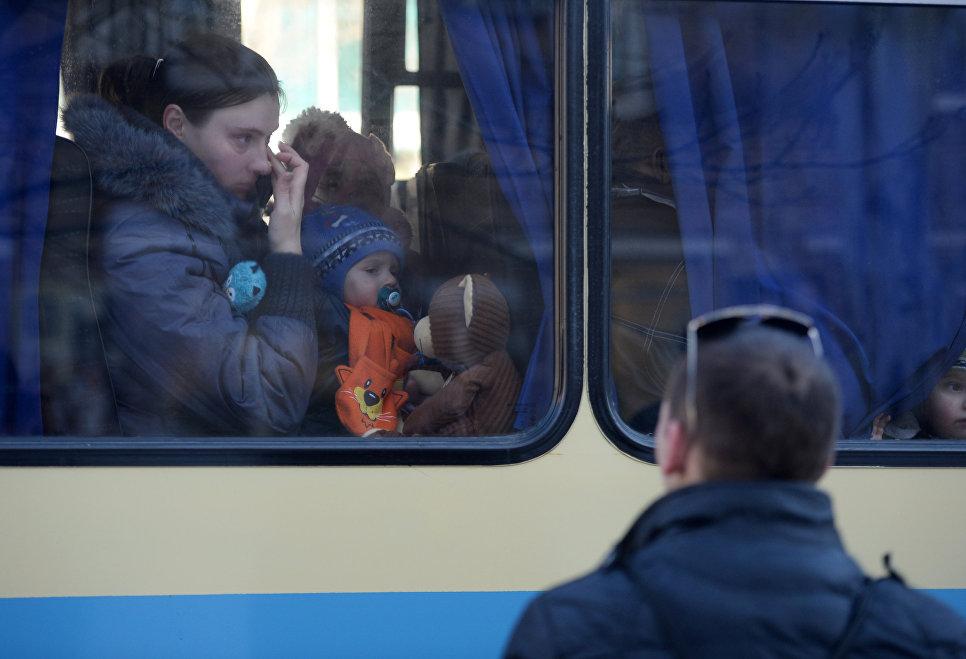 Беженцы в салоне автобуса, который отправляется из Донецка в Росси