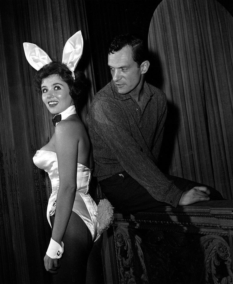 Хью Хефнер с официанткой Bunny Girl в ночном клубе Хефнера в Чикаго. 20 июня 1961