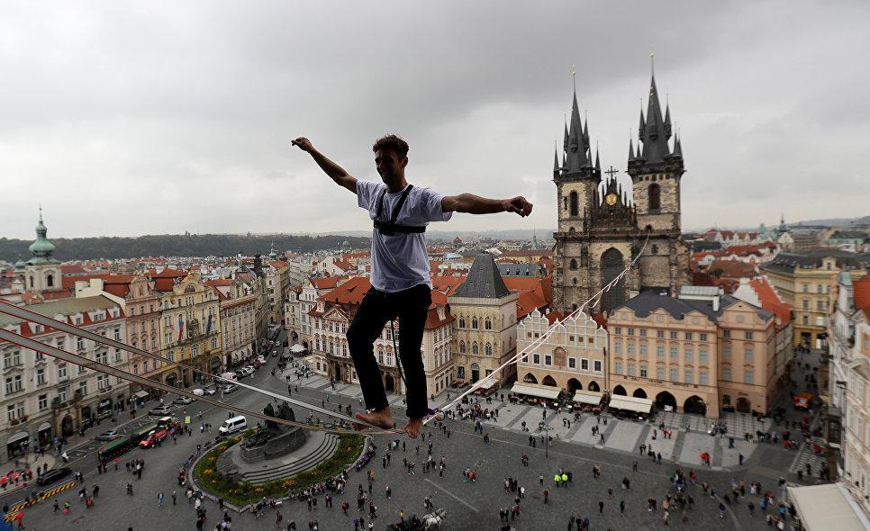 Канатоходец над Староместской площадью в Праге.