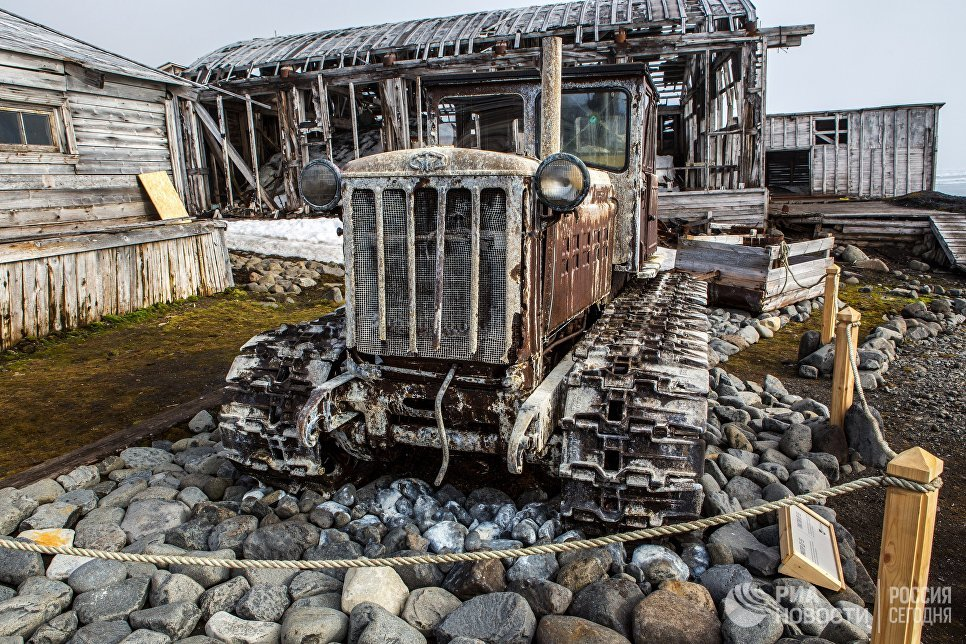 Трактор ДТ-55 в качестве экспоната на полярной станции Бухта Тихая на острове Гукера архипелага Земля Франца-Иосифа