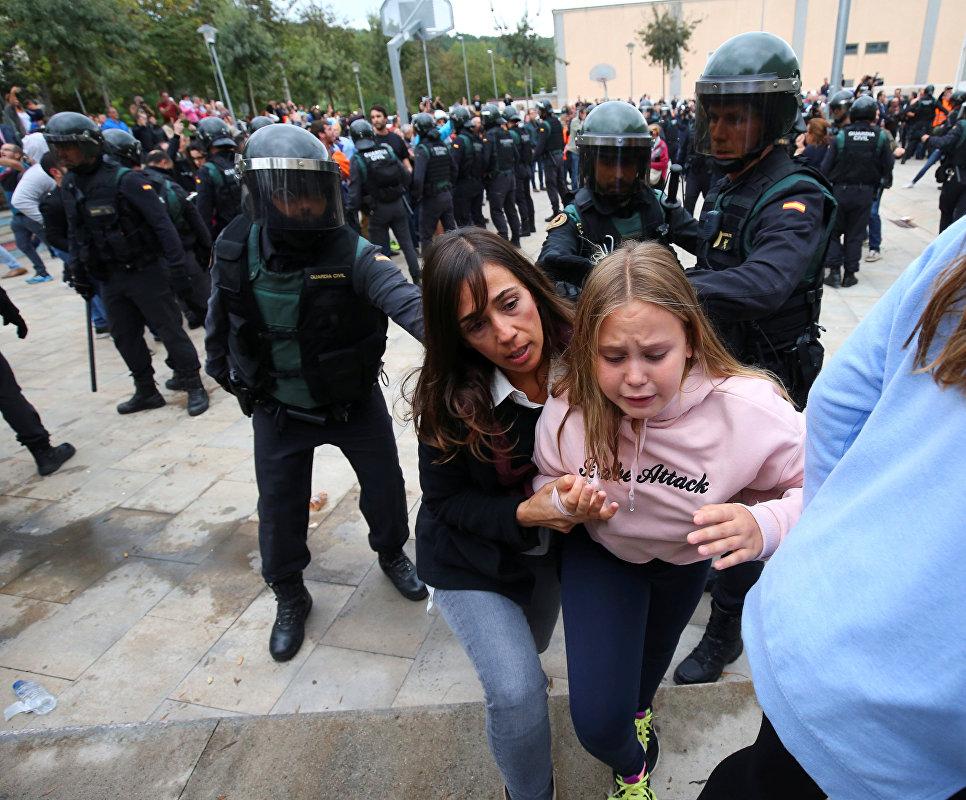 Столкновения между толпой и испанскими офицерами гражданской гвардии в Сан-Жульян-де-Рамис, Испания. 1 октября 2017