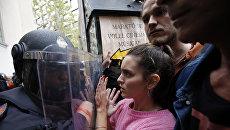 Столкновения с испанскими полицейскими в Барселоне, Испания. Архивное фото