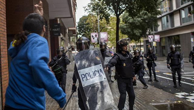 Милиция применила слезоточивый газ против участников референдума вКаталонии