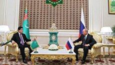Президент РФ Владимир Путин и президент Туркмении Гурбангулы Бердымухамедов во время беседы. 2 октября 2017