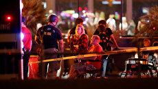 Люди ожидают на месте стрельбы на музыкальном фестивале в Лас-Вегасе. 2 октября 2017