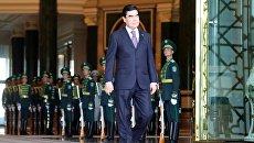 Президент Туркмении Гурбангулы Бердымухамедов во время официальной встречи президента РФ Владимира Путина у дворцового комплекса президента Туркмении им. Огузхана в Ашхабаде. 2 октября 2017