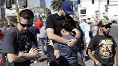 Скорбящие и сочувствующие собрались на бульваре Лас-Вегас рядом с местом стрельбы на музыкальном фестивале в Лас-Вегасе, США. 3 октября 2017