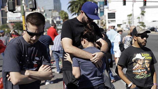 Скорбящие и сочувствующие на бульваре в Лас-Вегасе. Архивное фото