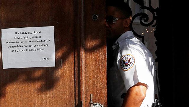 Сотрудник Службы дипломатической безопасности Госдепартамента США у входа в Генеральное консульство России в Сан-Франциско, США. 3 октября 2017