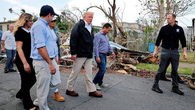 Президент США Дональд Трамп во время посещения районов, пострадавших от урагана Мария, в Пуэрто-Рико
