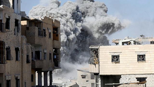Дым после авиаудара по позициям боевиков в Ракке, Сирия