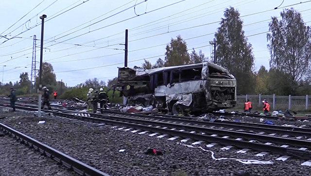 Сотрудники МЧС России на месте столкновения пассажирского автобуса c поездом на железнодорожном переезде во Владимирской области. 6 октября 2017