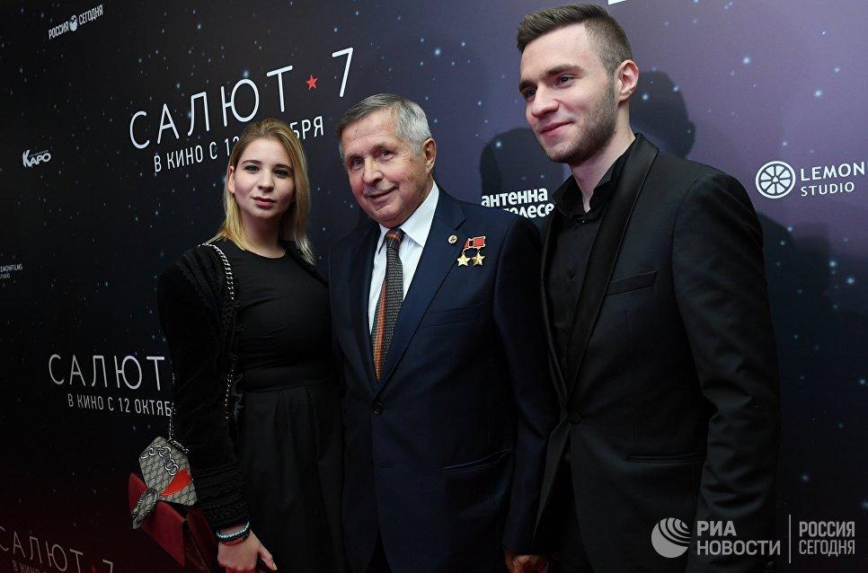 Космонавт Виктор Савиных (в центре) на премьере фильма Салют-7 в кинотеатре Октябрь