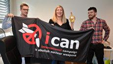 Даниэль Хогстан, Беатрис Фин и ее супруг после присуждения Нобелевской премии мира Международной кампании за ликвидацию ядерного оружия. 6 октября 2017
