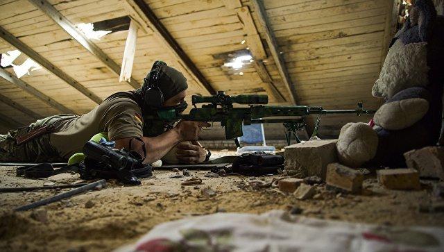 Украинский снайпер в деревне Маринка недалеко от Донецка. Архивное фото