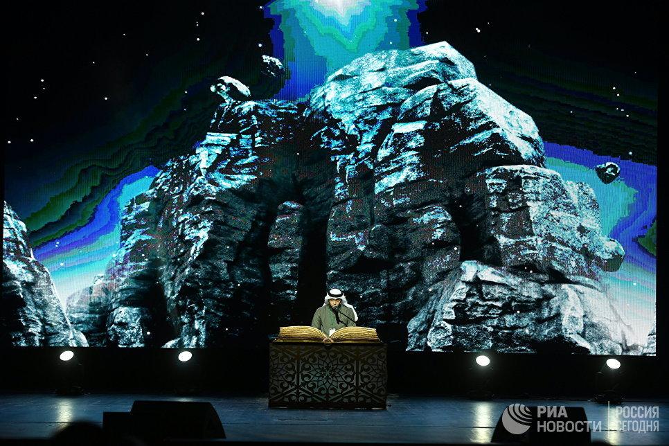 Участник из Бахрейна выступает на XVIII Московском Международном конкурсе чтецов Корана в Москве