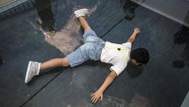 Турист на стеклянном мосту в Китае. Архивное фото