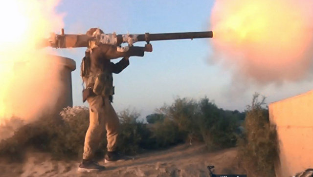 Боевик ИГ (запрещена в России) ведет огонь в провинции Дейр-эз-Зор, Сирия. Сентябрь 2017