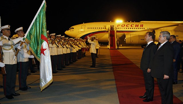 Председатель правительства РФ Дмитрий Медведев и премьер-министр Алжира Ахмед Уяхья  во время церемонии встречи в аэропорту Алжира. 10 октября 2017