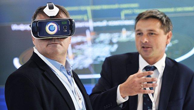 Демонстрация шлема виртуальной реальности Samsung. Архивное фото