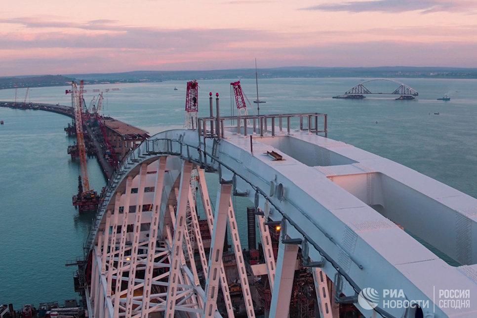 Стройка века: автомобильный пролет Керченского моста закрепили нафарватерных опорах