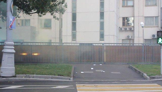 Московские активисты партии Другая Россия атаковали представительство НАТО в Москве с помощью дымовых шашек. 13 октября 2017
