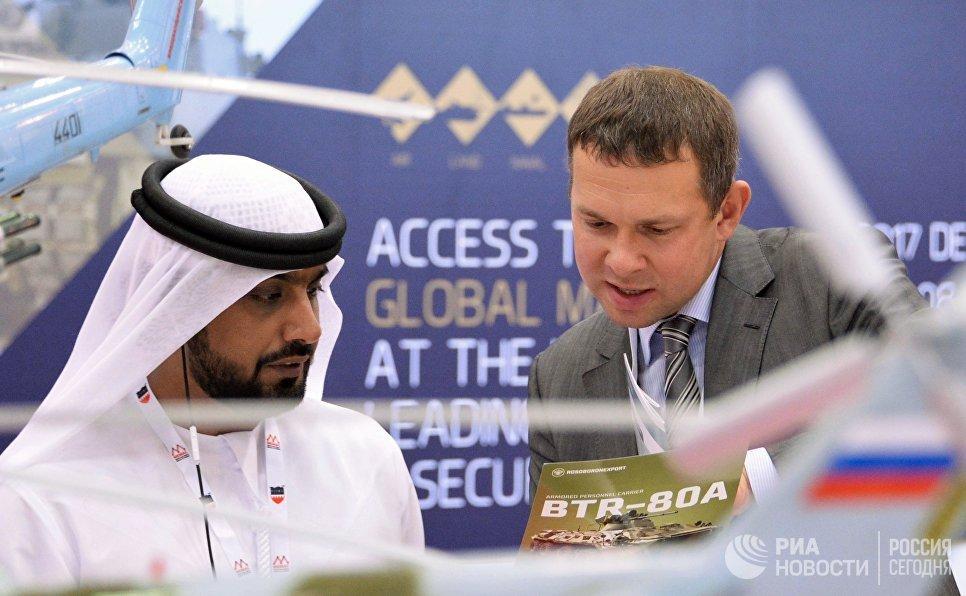 Посетитель интересуется продукцией компании Рособоронэкспорт на международной оборонной выставке BIDEC-2017 в Бахрейне