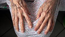 Руки пожилой женщины. Архивное фото