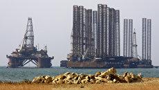 Нефтяные платформы в Каспийском море. Архив