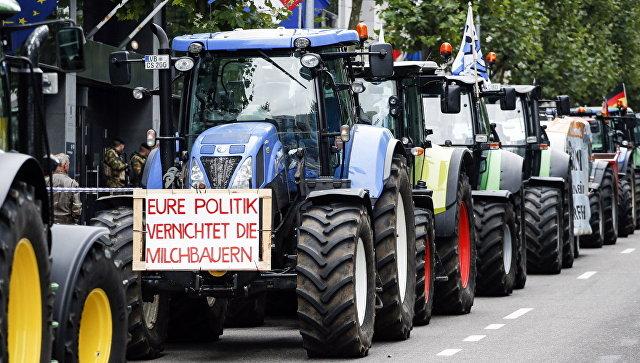 Фермеры на тракторах во время акции протеста в Брюсселе, Бельгия
