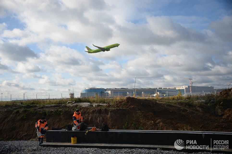 Самолет авиакомпании S7 Airlines в аэропорту Домодедово, где идет строительство нового терминала