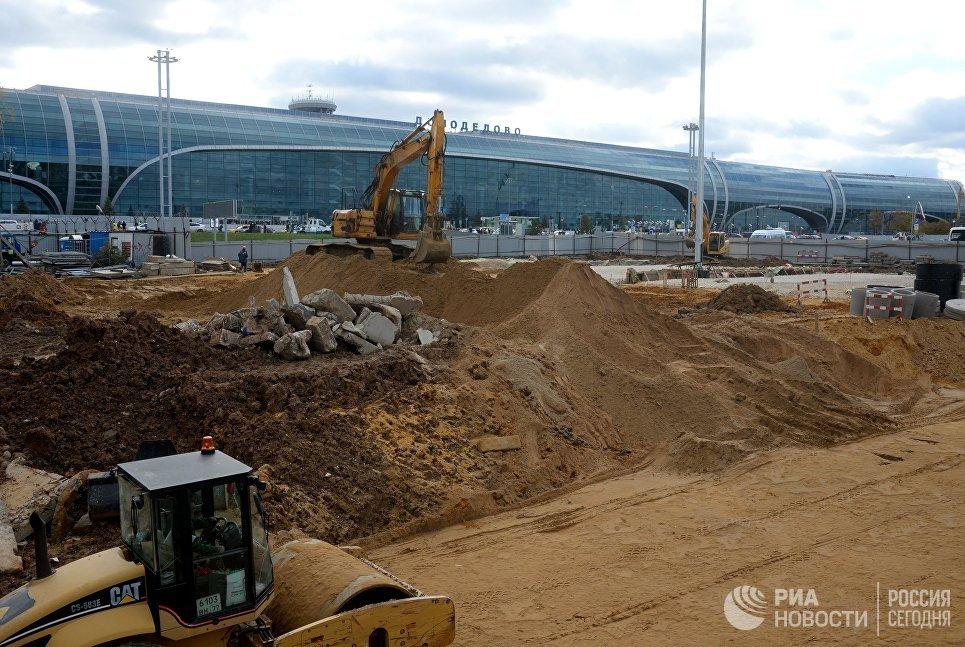Строительная техника на территории строительства нового терминала аэропорта Домодедово