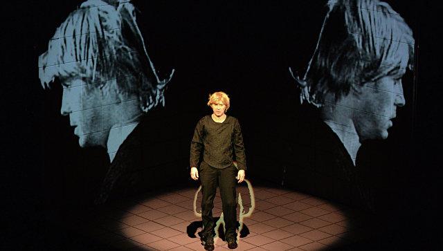 Актер Евгений Миронов в роли Тени отца Гамлета в сцене из спектакля Гамлет. Коллаж