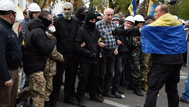Акция протеста у здания Рады разделилась на военный и гражданский секторы