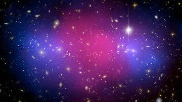 Столкновение двух скоплений галактик: темная материя показана голубым цветом, обычная - розовым