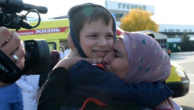 Девушка с ребенком во время встречи российских детей и женщин, возвращенных из Сирии, в аэропорту Грозного. 21 октября 2017