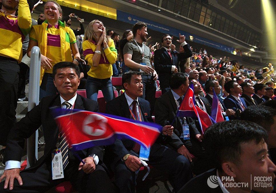 Гости из Корейской Народно-Демократической Республики на церемонии закрытия XIX Всемирного фестиваля молодёжи и студентов в Сочи