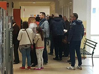 Люди на участке для голосования на референдуме об автономии в области Венето, Италия. Архивное фото