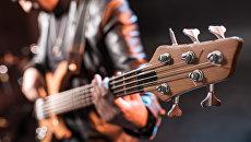 Бас-гитарист. Архивное фото