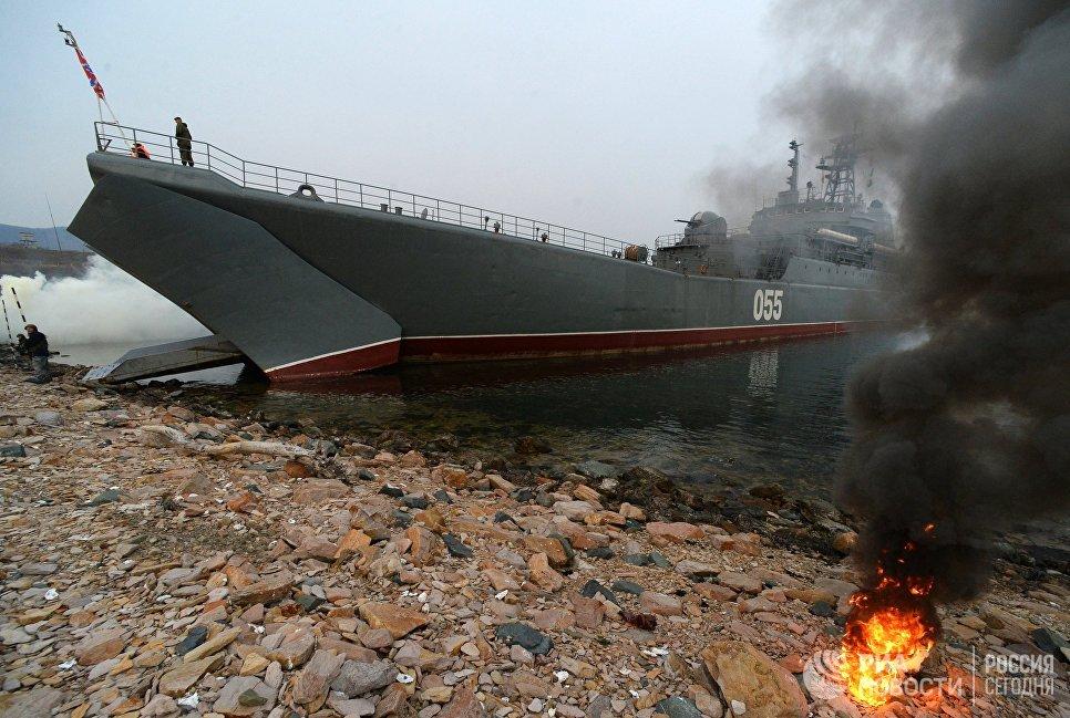 Погрузка боевой техники и военнослужащих России и Индии на борт корабля Адмирал Невельской в рамках международных российско-индийских учений Индра - 2017 во Владивостоке. 26 октября 2017