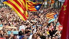 Люди у здания парламента Каталонии в Барселоне, Испания. 27 октября 2017