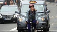 Девушка едет на велосипеде по улице Лондона. Архивное фото