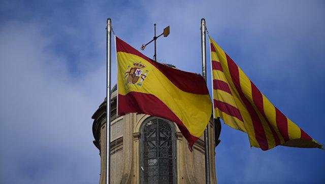 Испанский и каталонский флаги развеваются над зданием женералитета в Барселоне, Испания. Архивное фото