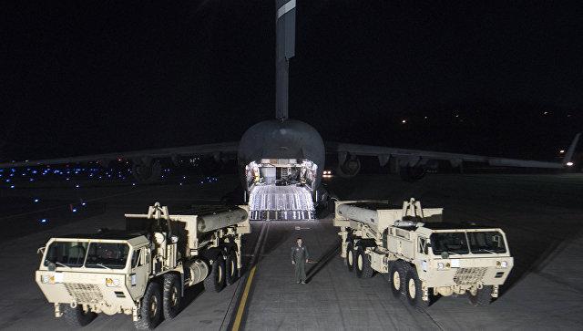 Грузовики с пусковыми установками американских ракетных комплексов. Архивное фото